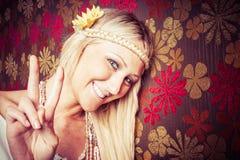 Het Meisje van het vredesteken Stock Foto