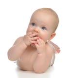 Het meisje van het zuigelingskind het liggen het gelukkige uitsteeksel van de holdingsbaby soother Royalty-vrije Stock Fotografie