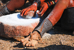 Het meisje van Himba aan het werk Stock Fotografie