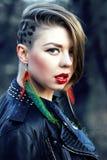 Het meisje van Hipster met luipaardkapsel alleen in openlucht royalty-vrije stock fotografie