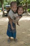Het meisje van Hmong met broer, Laos stock afbeelding