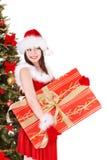 Het meisje van Kerstmis in de giftdoos van de santaholding. Stock Foto's