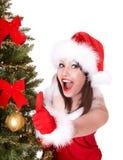 Het meisje van Kerstmis in santahoed met omhoog duim. Royalty-vrije Stock Fotografie