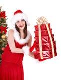Het meisje van Kerstmis in van de de holdingsstapel van de santahoed de giftdoos Royalty-vrije Stock Afbeelding