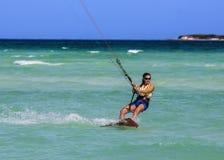 Het meisje van Kitesurfing stock afbeeldingen
