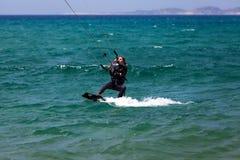 Het meisje van Kitesurfing stock fotografie
