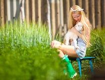 Het meisje van het land met een kleine geit in haar handen Stock Fotografie