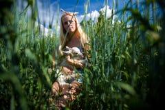 Het meisje van het land met een kleine geit in haar handen Royalty-vrije Stock Foto