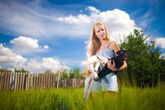 Het meisje van het land met een kleine geit in haar handen Royalty-vrije Stock Afbeeldingen