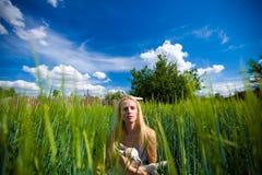 Het meisje van het land met een kleine geit in haar handen Royalty-vrije Stock Afbeelding