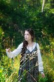 Het meisje van het land op een gang in het hout stock foto's