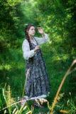 Het meisje van het land op een gang in het hout royalty-vrije stock afbeeldingen