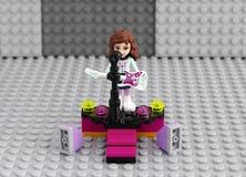 Het meisje van Legovrienden met elektrische gitaar op het stadium Stock Foto