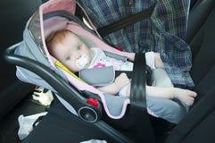 Het meisje van Litle in autozetel Stock Foto