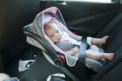 Het meisje van Litle in autozetel Stock Afbeelding