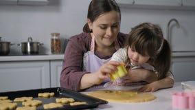 Het meisje van het moederonderwijs met benedensyndroom om te bakken stock videobeelden