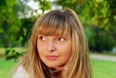 Het meisje van Nice bij het bos Stock Foto