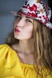 Het meisje van Nice in een hoed Stock Foto