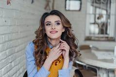 Het meisje van Nice in een koffie Royalty-vrije Stock Fotografie