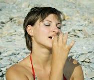 Het meisje van Nice eet meloen Stock Afbeelding