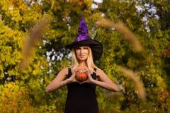 Het meisje van Nice in Halloween-kostuum het praktizeren yoga Stock Afbeeldingen
