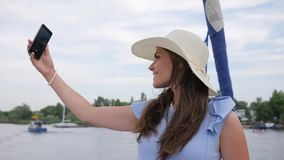Het meisje van Nice maakt selfie op jacht, androïde in hand vrouwen, vakantiebeelden, woman do pictures op uw mobiele telefoon in stock video