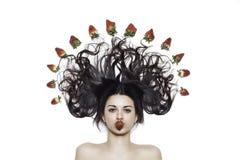 Het meisje van Nice met aardbeien stock afbeeldingen