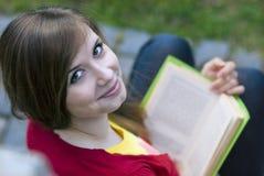 Het meisje van Nice met boek Royalty-vrije Stock Afbeeldingen