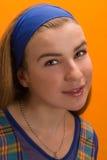 Het meisje van Nice tegen oranje muur Royalty-vrije Stock Afbeelding