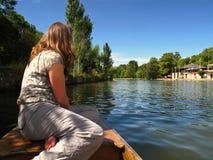 Het meisje van Oxford Engeland bij bootboeg het wegschoppen royalty-vrije stock foto's