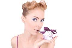 Het meisje van Pinup met parfum Stock Foto
