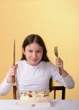 Het meisje van Preteen en een cake Stock Foto's
