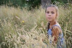 Het meisje van Preteen op de zomerweide Royalty-vrije Stock Afbeeldingen