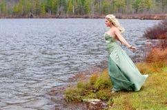 Het meisje van Prom buiten royalty-vrije stock afbeeldingen
