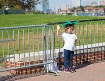 Het meisje van reistoeristen bij Standbeeld van Vrijheid royalty-vrije stock afbeeldingen