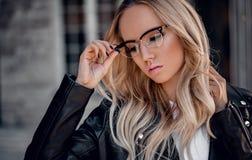Het meisje van het Stylsihblonde in sunglassses openlucht royalty-vrije stock fotografie