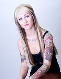 Het Meisje van Tattoed met Directe Blik Stock Afbeeldingen