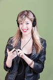 Het Meisje van Teenaged met Handbediende Telefoon of AudioApparaat Stock Afbeelding