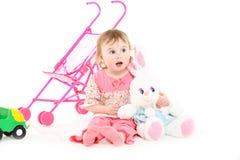 Het meisje van twee jaar in roze pyjama's stock afbeelding