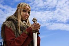 Het meisje van Viking op een blauwe hemelachtergrond Stock Afbeeldingen