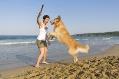 Het meisje van Yong het spelen met haar hond Royalty-vrije Stock Foto
