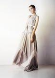 Het meisje van Yong van de schoonheid het stellen in studio Royalty-vrije Stock Foto