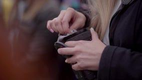Het meisje veegt de lens met een doek af stock footage