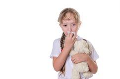 Het meisje veegt een neus af een sjaal Stock Foto