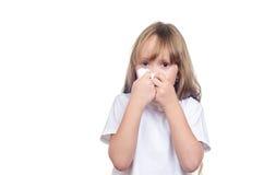 Het meisje veegt een neus af een zakdoek Stock Foto