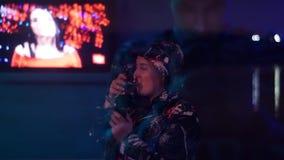 Het meisje verbetert met wijn op de straat stock video