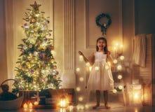 Het meisje verfraait de Kerstboom Royalty-vrije Stock Afbeeldingen