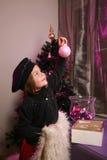 Het meisje verfraait Kerstmisboom Royalty-vrije Stock Afbeeldingen