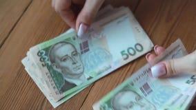 Het meisje verhaalt Oekraïense geld dichte omhooggaand stock footage