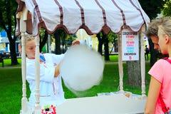 Het meisje verkoopt zoete watten in het stadspark Royalty-vrije Stock Afbeelding